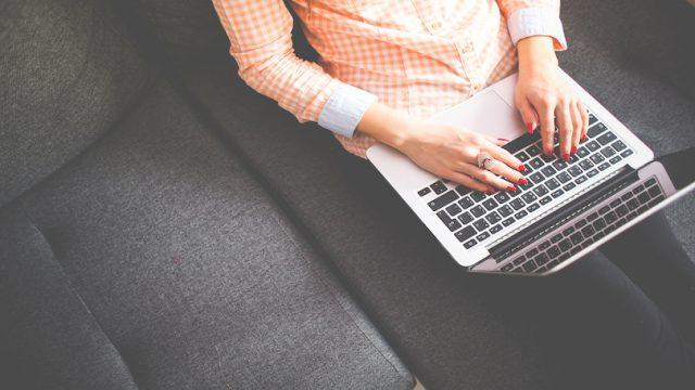 Webライティングの練習をする女性