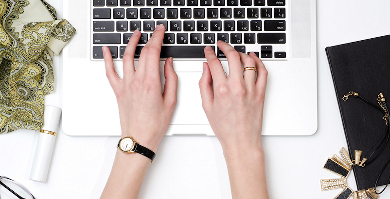 メールを書く女性