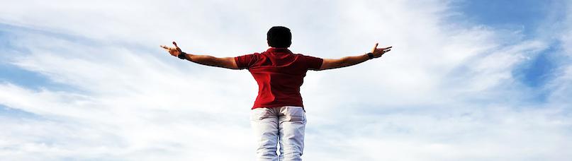 大空を仰ぐ男性
