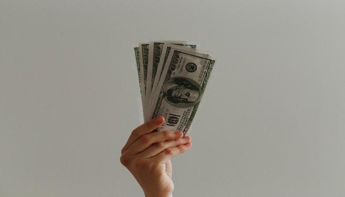 お金を持つ手