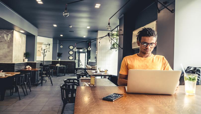 カフェで働くフリーランス