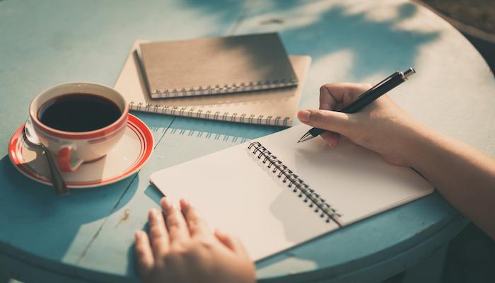 執筆する女性1